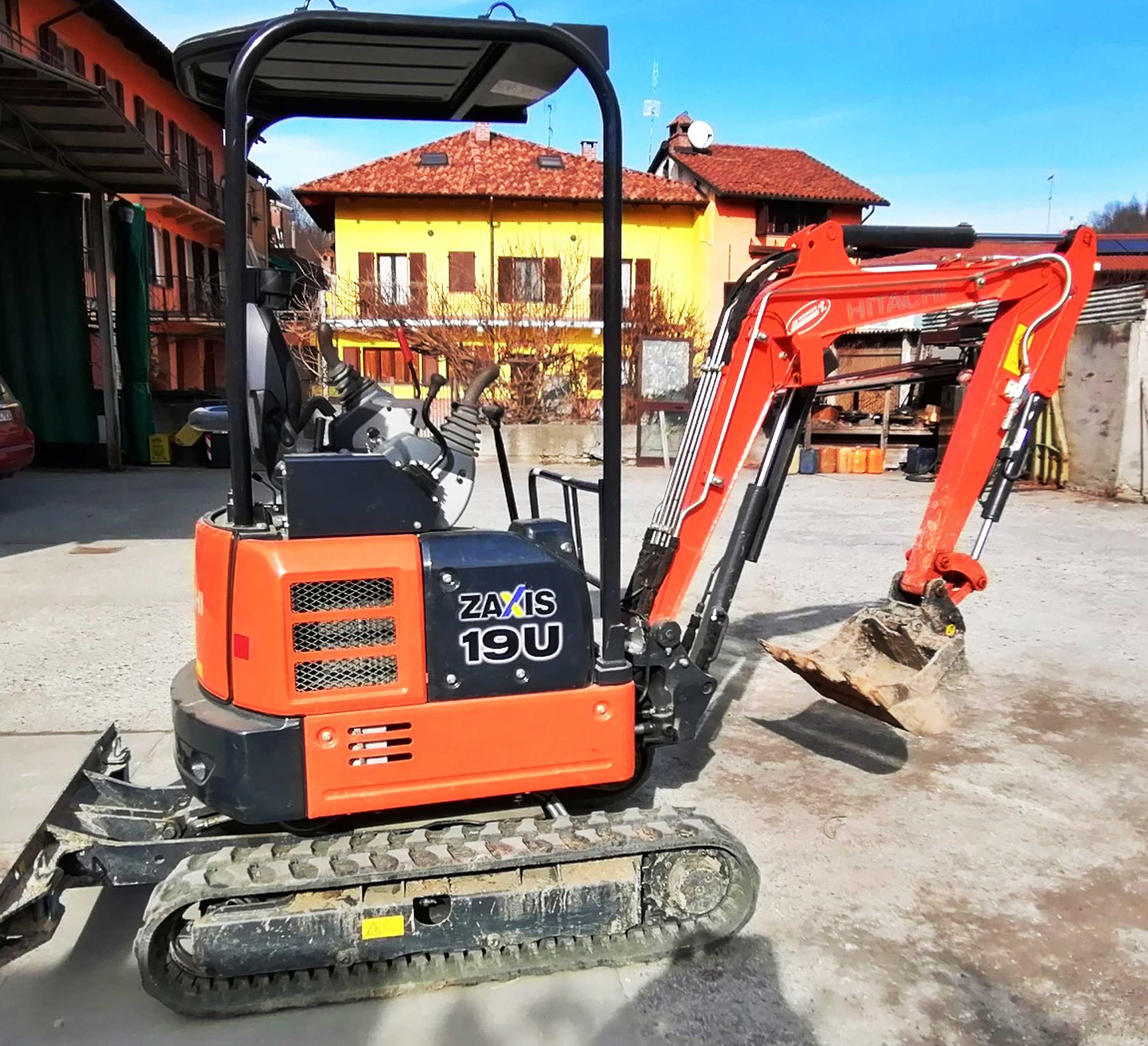 ESCAVATORE HITACHI ZX19U